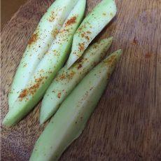 未熟な青いマンゴーの皮を剥き、スティック状に切ります。塩で軽く揉めて、汁を切り、一味唐辛子を振りかけると青マンゴーの酸味を生かするサラダが完成です。